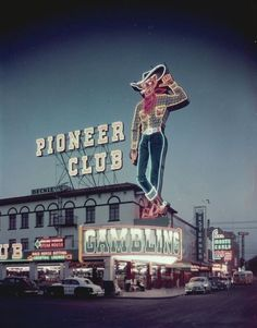 Vintage Las Vegas - great photo of the Pioneer Club and Vegas Vic neon sign on Fremont Street downtown. Vegas Casino, Las Vegas Nevada, Vintage Neon Signs, Fremont Street, Old Signs, Old Neon Signs, Googie, Motel, Historical Photos