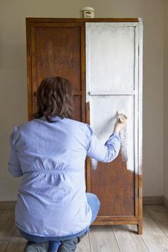 avant d'appliquer la peinture patine sur la vielle armoire, appliquer une sous-couche d'enduit de préparation meuble de Libéron