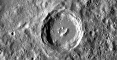 """A sonda Messenger, que orbita Marte há cerca de um ano, fez novas fotografias da superfície do planeta e encontrou formações rochosas no centro de uma cratera que lembram uma """"carinha feliz"""". :)"""