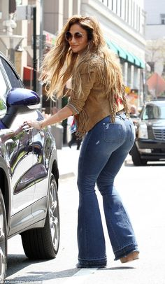 jennifer lopez black outfits   Jennifer Lopez highlights her pert posterior in El Mismo ...