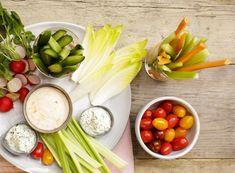 1. GroentespiesjesJe kunt gemakkelijk vantevoren groentespiesjes aan kleine prikkertjes rijgen. Hier kun je eindeloos mee variëren, denk aan courgette, paprika of cherrytomaatjes. Je kunt deze vantevoren alvast manineren in wat olijfolie, knoflook en verse kruiden en zeezout. Dan zijn ze direct klaar om te grillen.
