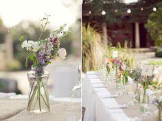 Eine gelungene und harmonische Tischdekoration kann teuer sein. Muss aber nicht. Denn manchmal ist weniger einfach mehr. Wir zeigen Euch beispielhaft, wie Ihr mit wenigen Mitteln eine schöne Atmoshpäre an der Hochzeitstafel schafft. Lasst Euch floral inspirieren ...