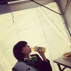 WEBSTA @nanohanachan お茶を飲んでいたらテントの中で虫を見つけてお茶をアピールしつつ虫をテント外に誘導する美人ちゃん⛺️🐞💁🍹💕