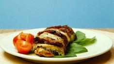 Pierś z kurczaka to zawsze dobry pomysł na obiad. A co zrobić, jeśli były już kotlety, była już pierś duszona, była już w ziołach? Złapać składniki, które albo masz pod ręką, albo pod domem w najbliższym sklepie: mozzarellę, suszone pomidory, świeżą bazylię i do dzieła! Prosty przepis, proste składniki, prosta prognoza: zapiera dech w piersiach! Mozzarella, French Toast, Pork, Meat, Breakfast, Kale Stir Fry, Morning Coffee, Pork Chops