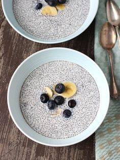 Blueberry Almond Chia Pudding thats sugar free and dairy free. Perfect for breakfast or a late night snack. Top with fresh blueberries and almonds! | joyfulhealthyeats.com #glutenfree