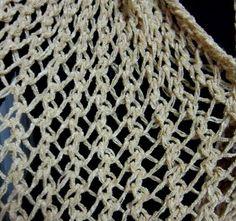 1 novelo lã  agulhas tricô nº 12    Colocar 25 pontos e tricotar 1 ponto tricô (sempre começa com 1 tricô) *uma laçada, dois pontos juntos tricô* - repete essa laçada seguida dos dois pontos juntos em tricô até o final da carreira e termina com 2 pontos em tricô (sempre termina com 2 pontos tricô feitos separados, cada um de uma vez. Quando vira faz a mesma coisa. Tricota por 1,30 m, arremata