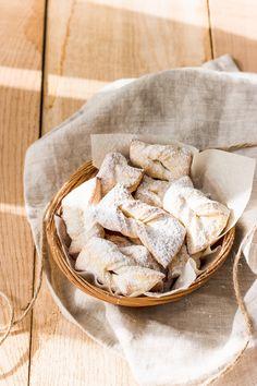 Pour satisfaire vos envies de sucré pour le temps du carnaval, succombez à cette recette de bugnes au four sans friture, végétarienne, facile et délicieuse.
