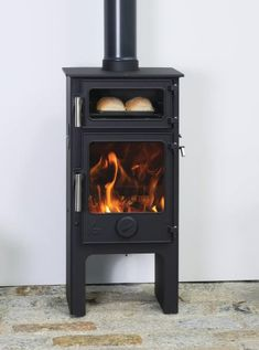 The Dartmoor Baker's have an integral oven above the fire box utilising the heat form the fire. The new Baker Plus range raises the height of the Dartmoor Baker Stove creating easier access to the oven. Small Wood Burning Stove, Tiny Wood Stove, Pellet Stove, Stove Oven, Wood Stove Cooking, Multi Fuel Stove, Rocket Stoves, Dartmoor, Wood Burner
