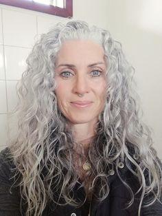 Love my white. Just do it! Grey Curly Hair, Long Gray Hair, Curly Hair Styles, Natural Hair Styles, Grey Hair Modern, Daniel Golz, Pelo Color Plata, Grey Hair Over 50, Grey Hair Journey