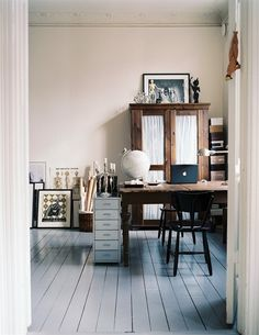 Home Office Inspiration - A great example of how your home office can truely keep you griped and inspired Workspace Inspiration, Home Decor Inspiration, Sunday Inspiration, Design Inspiration, Office Workspace, Office Organisation, Organized Office, Office Cubicle, Workspace Design