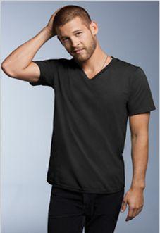 """T-shirt mode à col en """"v"""" pour adutes 100% coton peigné et filé à l'anneau, pré-rétréci. Surpiqûres aux épaules et au col. Double coutures aux manches et à la base. Étiquette détachable."""