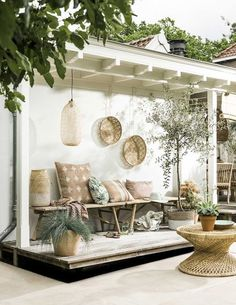 Bamboo, rattan, sand- and earttones and a few green accents... Already spotted the inspiring outdoor styling ideas to create a Mediterranean atmosphere in the latest issue of VT wonen magazine,but whe