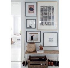 No corredor, sob a mesa antiga, os sapatos mais usados ficam sempre à mão. Os quadros na parede são de Johanna Tagada.