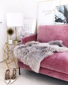 Retro Sofa in Rosa! Glamourös, exotisch und ein Hauch von Retro - die Einrichtung mit dem rosa Samt-Sofa und den goldenen Akzenten. Feminin eingerichtetes Wohnzimmer mit kuscheligen Elementen.   @fashionhippieloves
