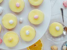 Pääsiäisen Sitruuna-Bebet sulavat suuhun. Nämä ihanat bebe-leivokset ovat pääsiäisen herkullisin leivottava jälkiruoka, Nam, kokeile sinäkin! Doughnut, Breakfast, Desserts, Brick, Food, Kite, Bebe, Morning Coffee, Tailgate Desserts