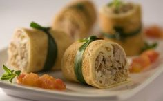 1 cebola média descascada e picada em pedaços pequenos   - 2 colheres (sopa) de manteiga   - 2 xícaras (chá) de coxa e sobrecoxa de frango assadas e desfiadas (aproveite as sobras)   - 2 colheres (sopa) de amendoim torrado e triturado   - 2 colheres (chá) de sal   - 3 colheres (sopa) de azeite de oliva   - 4 tomates médios sem pele e sem sementes picados em cubos pequenos   - 2 ovos médios em temperatura ambiente   - 10 colheres (sopa) de farinha de trigo   - 1 xícara (chá) de leite integral…