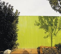 We like the corrugated metal fence in today& Steal This Look: Farmhouse Modern Entry. Here& another idea: a corrugated metal fence painted green (photo via the Arizona Daily Star). Brick Fence, Concrete Fence, Front Yard Fence, Farm Fence, Bamboo Fence, Gabion Fence, Fence Stain, Pallet Fence, Corrugated Metal Fence