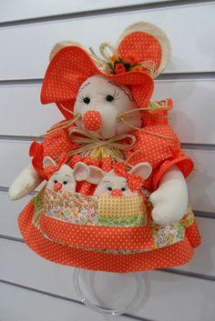 PORTA PANO DE PRATO -Produzido em tecido 100% algodão em padrão aleatório, conforme disponibilidade do mercado. Disponível nas cores: laranja, amarelo, vermelho, roxo/lilás, rosa/pink.O tempo para produzir a peça é uma estimativa, podendo ser combinado no ato do pedido. Pronta Entrega - nas cores vermelho e preto - 4B3CB3 Lulu Love, Kitchen Helper, Modern Kitchen Design, Plush Dolls, Towel, Christmas Decorations, Barbie, Crochet Hats, Diy Projects