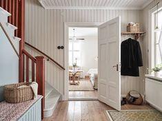 På åsen Hägrunga, cirka 2,5 kilometer från Vårgårda centrum, finner vi denna stora, ljusa och bedårande 1920-talsvilla. Huset är ett fint exempel på ett så kallat västsvenskt dubbelhus, och renoveringar har utförts med noggrann och varsam hand för att bevara och återställa dess ursprungliga karaktär. Bland annat har balkongen återskapats till originalutseende och taket lagts … Continued