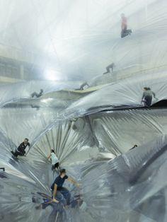 Гуляя по облакамНа высоте 24 метров под потолком натянута многоуровневая инсталляция из пленки.