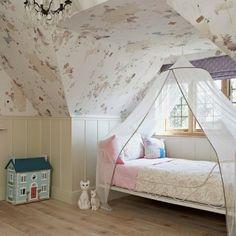 Cudowny, dziecięcy pokój na poddaszu z uroczym łóżkiem z baldachimem :)
