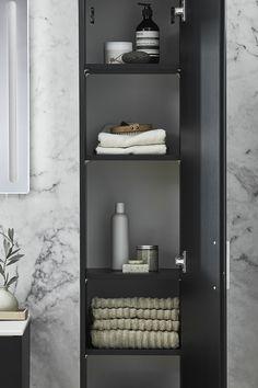 Vil du skape mer struktur på badet ditt? Porsgrund Elegant høyskap har god lagringsplass. Med det romslige skapet kommer fem flyttbare hyller, slik at du kan disponere plassfordelingen selv. #PorsgrundElegantNO #baderomsdesign #nordiskdesign #baderom #porsgrundnorge #porsgrundNO #porsgrund Bathroom Medicine Cabinet, Bathrooms, Elegant, House, Ideas, Design, Decor, Classy, Decoration