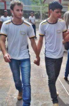 Sapete chi sono Nelson Junior e Marcos Renne? Sono i due ragazzi che vedete in foto, una foto che è stata pubblicata su Facebook inizialmente a loro insaputa e che nel giro di pochissime ore ha avu...