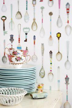 Выбираем обои для кухни: 65 Идей самых изящных решений в трендовых интерьерах (фото) http://happymodern.ru/oboi-dlya-kuxni-65-foto-v-interere/ Разноцветные чайные ложечки - рисунок обоев для кухни