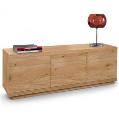 Aparador Vista, de Oliver B.. Elegante y bonito aparador de diseño italiano con acabado de madera natural con nudos. Gracias a su gran tamaño podrás guardar toda tu vajilla. Está disponible en dos versiones distintas.