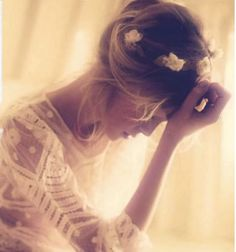 her hair. flowers in her hair. Yup, my kind of look for my future wedding :) Marie Laporte, Wedding Inspiration, Style Inspiration, Flower Power, Flowers In Hair, Small Flowers, White Flowers, Belle Photo, Look Fashion