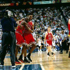1997 NBAファイナル、シカゴ・ブルズ対ユタ・ジャズ第5戦、体調不良のなか勝利に貢献したマイケル・ジョーダンを抱きかかえるスコッティ・ピッペン (Photo by Andy Hayt/NBAE/Getty Images) | Sportal