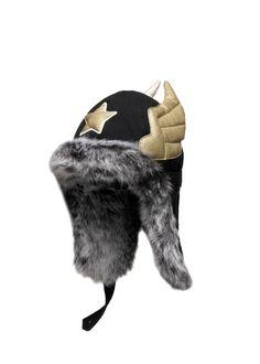 Mooie zwarte muts van Happyeti. Een stoere chapka met gouden ster en vleugels, gemaakt van katoen afgewerkt met 'French faux fur'.  Echt iets bijzonders!