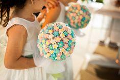 Buquê de daminha - Buquê dama de honra - Buquê de marshmallow - Dama de Honra - Wedding - Casamento January Wedding, White Flower Girl Dresses, Diy Wedding, Wedding Girl, Geek Wedding, Plan My Wedding, Hotel Wedding, Blue Wedding, Wedding Favors