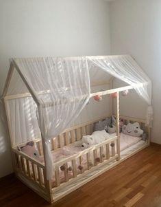 Maison en bois lit est faite de peuplier faux-tremble ou aulne. Le bois est peint avec écologique, bébé sécurité protection cire naturelle pour le bois, contenant de l'huile de lin qui est spécialement préparé pour le bois de traitement, colophane (résine de pin), cire d'abeilles et Toddler House Bed, Kids House, Toddler Floor Bed, Bed Without Slats, Teepee Bed, Kura Bed, Pink Bedding, Luxury Bedding, Bedding Decor