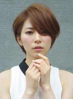 前髪長めのショートスタイル。長めに残している前髪がサッパリしすぎないショートのイメージを表現してくれます。