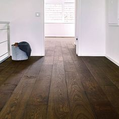 dark flooring With the current trend of bright board floors these dark oak boards really stand out to us. Theres just something special about the contrast between the white walls and the dark floor. Wood Floor Stain Colors, Floor Colors, Dark Walls, White Walls, Light Hardwood Floors, Dark Flooring, Wooden Flooring, Flooring Ideas, Decoration