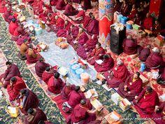 Larung-gar-templo-budista-oracion