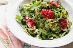 Lies Smits van de toffe blog LepeltjeLiefdeschreef dit heerlijke recept. Een makkelijke aardappelsalade, met verse makreel voor de liefhebber. Of anders met gegrilde halloumi-kaas. En reken maar dat het spannend wordt met een zoetzure bietentapenade! Kook de aardappelen. Laat afkoelen en snijd doormidden of door vieren. Maak een pestosaus. Wrijf de knoflook fijn met de …