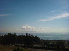 湖の先には霞み行く湖東の山並