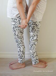 Oman tuotannon digitaaliprintti trikoo Grey Floral Lace.