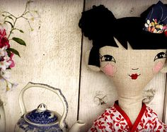 Bambola giapponese fatta a mano con volto ricamato. Design originale, 75cm di altezza, questa bambola è entrambi belli nella stanza di un bambino e robusto per il gioco