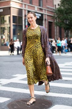 Let's face it, you're bound to wear sandals almost every day from now until summer ends. Thus, we've culled some amazing options—from sleek fashion-girl slides to… Modest Fashion, Girl Fashion, Fashion Dresses, Womens Fashion, Fashion Design, Fashion Addict, Skirt Outfits, Tunic Dresses, Mode Inspiration