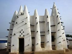 WSH the architecture of this mosque in Ghana. Vernacular Architecture, Organic Architecture, Amazing Architecture, Art And Architecture, Architecture Details, Mosque Architecture, Installation Architecture, Futuristic Architecture, Interesting Buildings