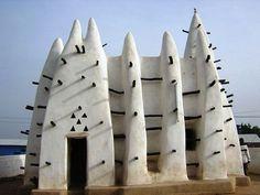 De moskee van Larabanga Ghana naar het schijnt uit 1421 en daarmee de oudste moskee van West Afrika.