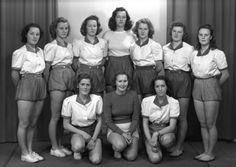 Digitalt Museum - HAM-KAM, HAMARKAMERATENES, HÅNDBALLGRUPPE. KRETSMESTRE 1947, DAMELAG. FORAN FRA VENSTRE: NORA SIGSTAD, ANNA JACOBSEN, INGER STENSRUD. BAK F. V. KAREN WINQIUST, RUTH OLSEN, GERD TANGEN, LILLIAN GRØNSTAD, ASTA GULBRANDSEN, MARGRETHE FINSTAD, ELSE BROVOLD,