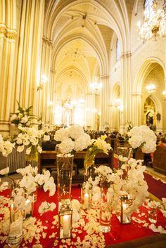 Decoración de bodas con flores - Entrada a la Iglesia de San Fermín decorada con flores, pétalos y velas | Bourguignon Floristas