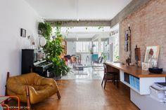 Escritório tem parede de tijolinho, poltrona de couro e bancada de madeira. Home Office, Exposed Brick, Home Look, Home Interior Design, Home And Garden, Indoor, Living Room, Table, Apartment Styles