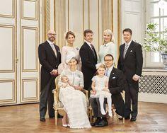 Le prince Oscar de Suède, deuxième enfant de la princesse Victoria et du prince Daniel, a été baptisé le 27 mai 2016 en la chapelle royale au palais Drottningholm, à Stockholm. Portrait officiel par Anna-Lena Ahlstrom représentant le prince Oscar avec ses parents, sa soeur et ses parrains (Oscar Magnuson, Frederik de Danemark, Hans Astrom) et marraines (Madeleine de Suède, Mette-Marit de Norvège).