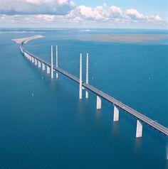 Dünyanın en güzel yollarıBu köprü bildiğiniz tüm köprüleri gölgede bırakacak yapıya sahip. İsveç ve Danimarka arasında kurulan Öresund Köprüsü; hem kara yolu, hem tren yolu, hem de deniz yolu ulaşımını sağlayan ilginç bir köprüdür.