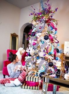 Your Christmas Tree is the cornerstone of holiday decor. To inspire some creative Ideas, Art & Home curated this collection of beautiful Christmas trees. Flocked Christmas Trees, Beautiful Christmas Trees, Colorful Christmas Tree, Noel Christmas, Christmas 2019, Christmas Lights, Unique Christmas Tree Toppers, Christmas Trees With Ribbon, Christmas Tree Ideas